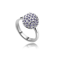 aleación y bola de cristal en forma de anillo platinado